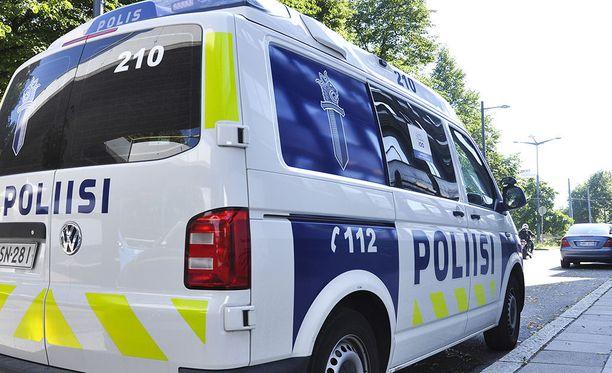 Kaksikko jatkoi pakomatkaansa jalan ja poliisi otti heidät kiinni Fredrikinkadulla sijaitsevasta kahvilasta.