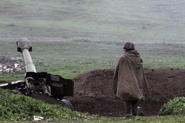 Vuoristo-Karabahissa on tällä hetkellä todennäköisin riski sille, että tilanne eskaloituu sodaksi. Kuvassa Armenian tykistöasema vuonna 2016.