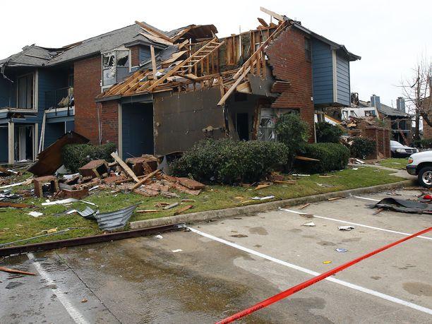 Sunnuntaina Dallasiin iskenyt tornado teki kaupungissa pahaa jälkeä.
