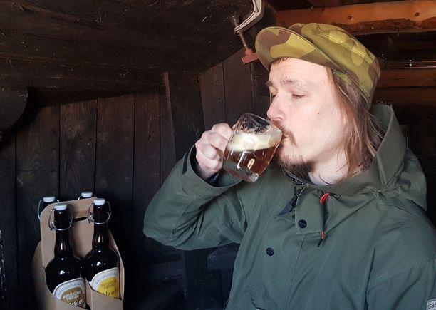 Kimmo Kaukonen maistaa Hailuodon olutta.