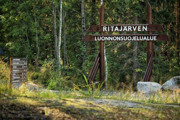 Ritajärven luonnonsuojelualueen portti. Ritajärvi löytyy Pirkanmaan Sastamalasta.
