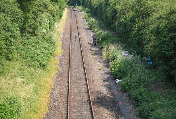 Ruumis löytyi junaradan varrelta vaikeapääsyisestä pusikosta.