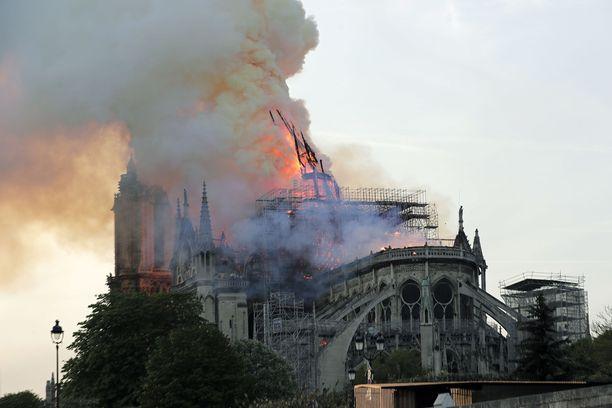 Katedraalin katto ja torni romahtivat tulipalossa.