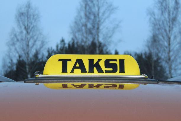 Vantaalle taksilla matkustanut asiakas ei ollut tyytyväinen matkan hintaan, vaan ryhtyi mätkimään taksiautoa tuolilla. Kuvituskuva.