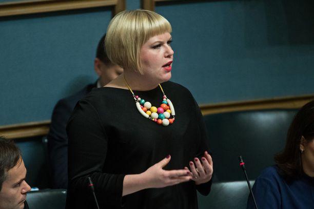 Perhe- ja peruspalveluministeri Annika Saarikko (kesk) purkaa tuntojaan perhevapaauudistuksen kaatumisesta öisessä Facebook-päivityksessään.