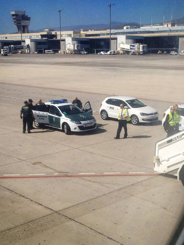 Suomalaismiestä odottivat poliisit Las Palmasin lentokentällä Gran Canarialla. Mies oli riehunut humalassa koneessa, joka jatkoi välilaskun jälkeen Gambiaan.