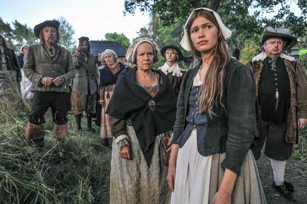 Annan kasvattiäitiä ja kansanparantajaa Valpuria näyttelee Kaija Pakarinen. Myös Valpuri joutuu pulaan.