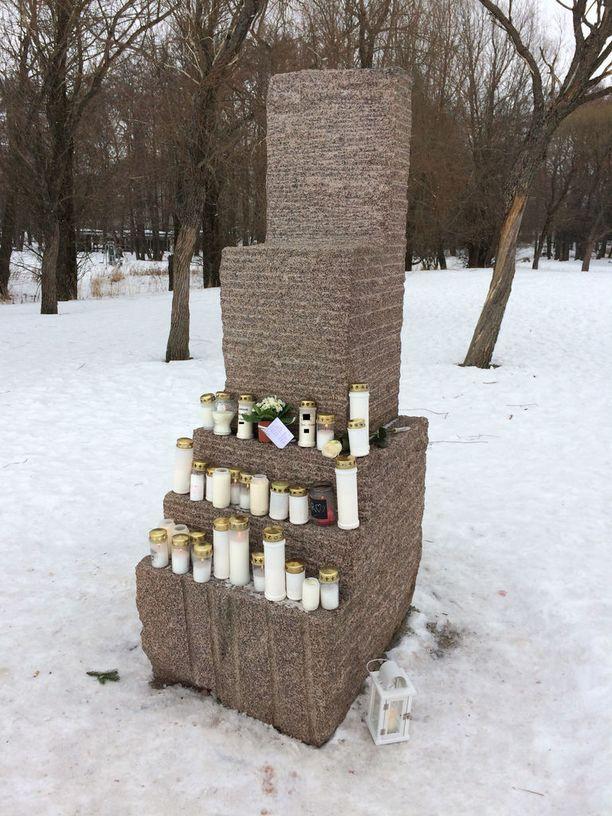 Kuolleena löytyneen miehen muistoksi on jätetty kynttilöitä Lauttasaaressa.