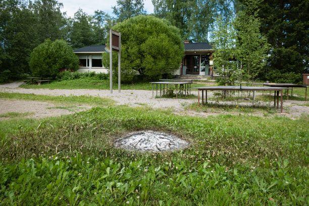 Isosaaressa on monta nuotiopaikkaa, mutta viimeisin kävijä on jättänyt tulen käryämään keskelle nurmikenttää. Ruoho on ruskistunut ympäriltä monen metrin laajuudelta.