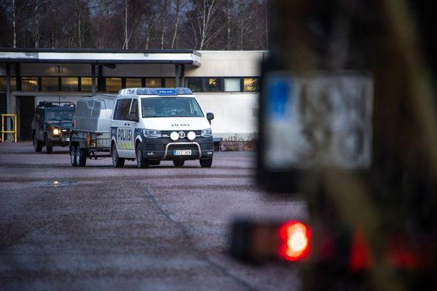 Poliisi kuljetti runsaasti tarpeistoa kemikaaliyrityksen tontille maanantaina. Työhön varauduttiin sekä aseistuksella että teknisen tutkinnan välineillä.