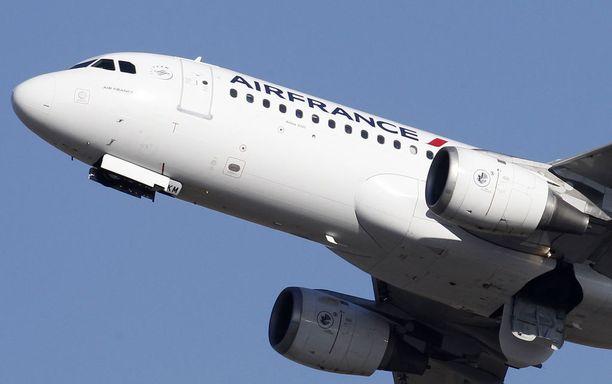 Lentoyhtiön matkustajat ovat joutuneet kärsimään turvatarkastusten hitaudesta.