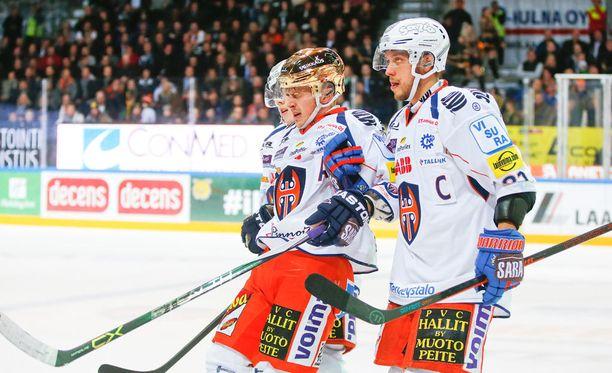 Kristian Kuusela yritti nousta Tyrväisen taklauksen jälkeen 2015, mutta tarvitsi lopulta kaksi taluttajaa.