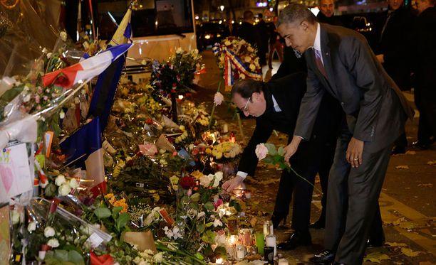 Presidentti Obama muisti Pariisin iskujen uhreja vierailemalla Bataclanin konserttisalin edessä.
