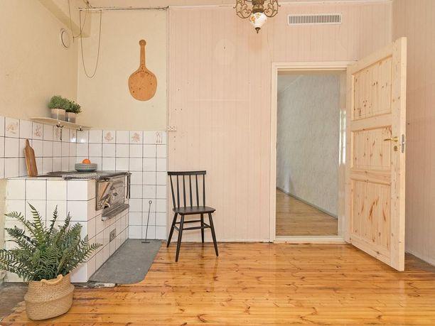 Puutalon omaleimaista tunnelmaa tulee myös näistä näyttävistä lattioista.