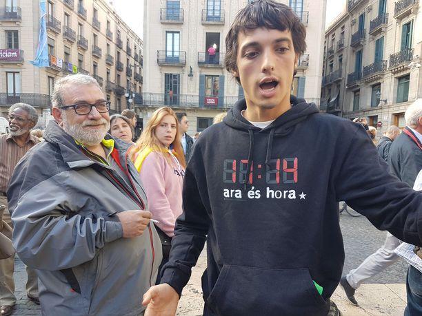 Joan vaatii kiihkeästi Katalonian itsenäisyyttä. Iäkkkäämpi Marcel vain toivoo, ettei Espanja vajoa poliisivaltioksi.