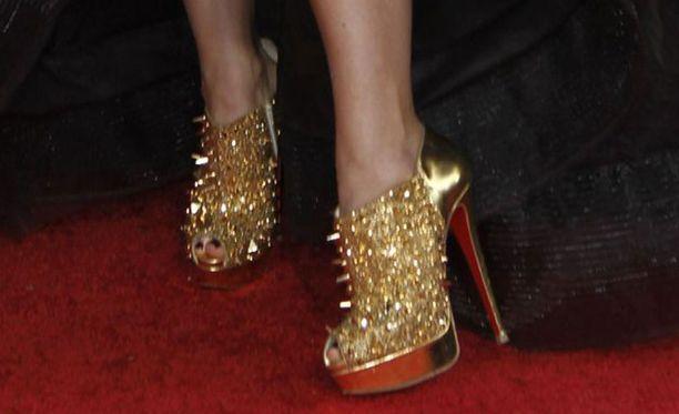Perinteisen prinsessatyylisen iltapuvun alta paljastui punk-vaikutteiset kengät.