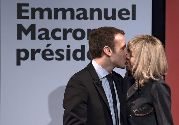 Emmanuel ja Brigitte antoivat tunteidensa näkyä ensimmäisen vaalikierroksen jälkeen.