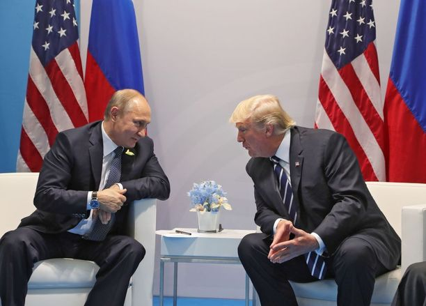 Trump ja Putin supattelivat toisilleen salamavalojen välkkyessä Hampurissa 7.7.2017.