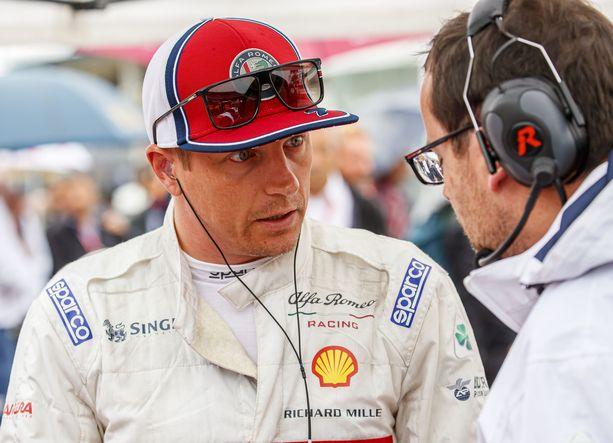 Kimi Räikkösen kommunikointi insinöörien kanssa sujuu jouhevasti, vaikka mestari tekeekin omat päätöksensä.
