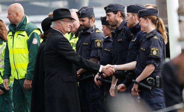 Kuningas kiitti kädestä pitäen jokaista pelastushenkilöä.