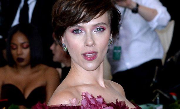 Scarlett Johansson kuvattuna alkukesällä gaalassa New Yorkissa.