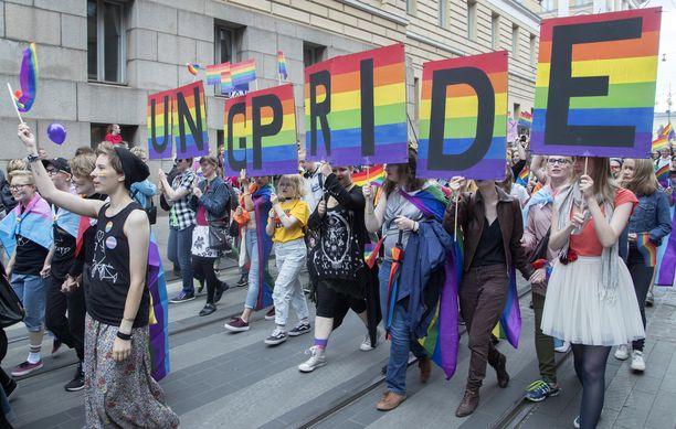 Lääkärilehden kirjoittajan Joel Kontiaisen mielestä Lääkäriliiton tulisi viestittää yhdenvertaisuudesta. Kuva vuoden 2018 Pride-marssilta Helsingissä.