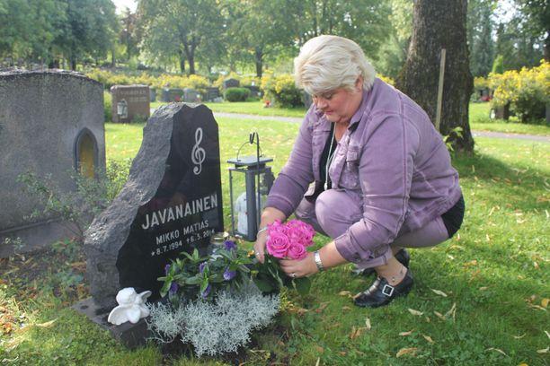 Mikon hauta on Sarille tärkeä paikka.