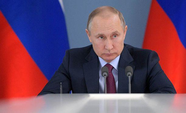 Vladimir Putin kehotti brittejä ensin selvittämään itse asiat, ennen kuin syyttävät muita agentin myrkyttämisestä.