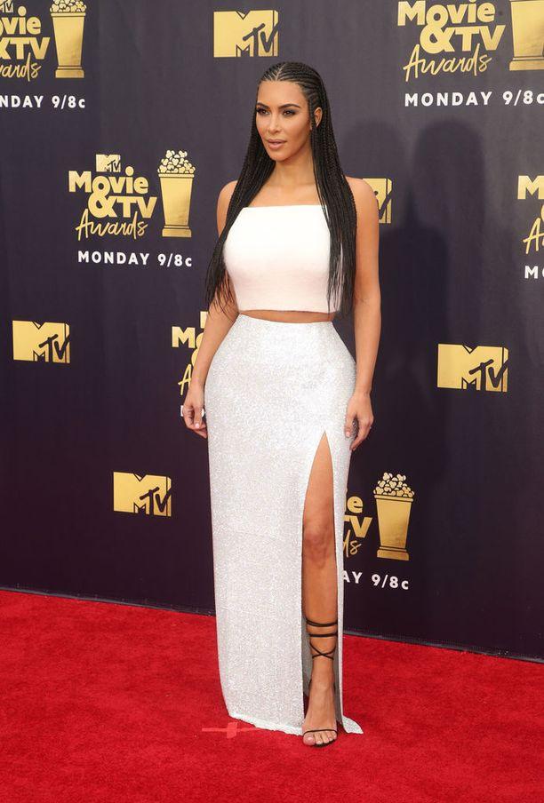 Kim Kardashian paljasti reittä ja vatsaa MTV Movie & TV Awards -gaalan ennakkotapahtumassa.