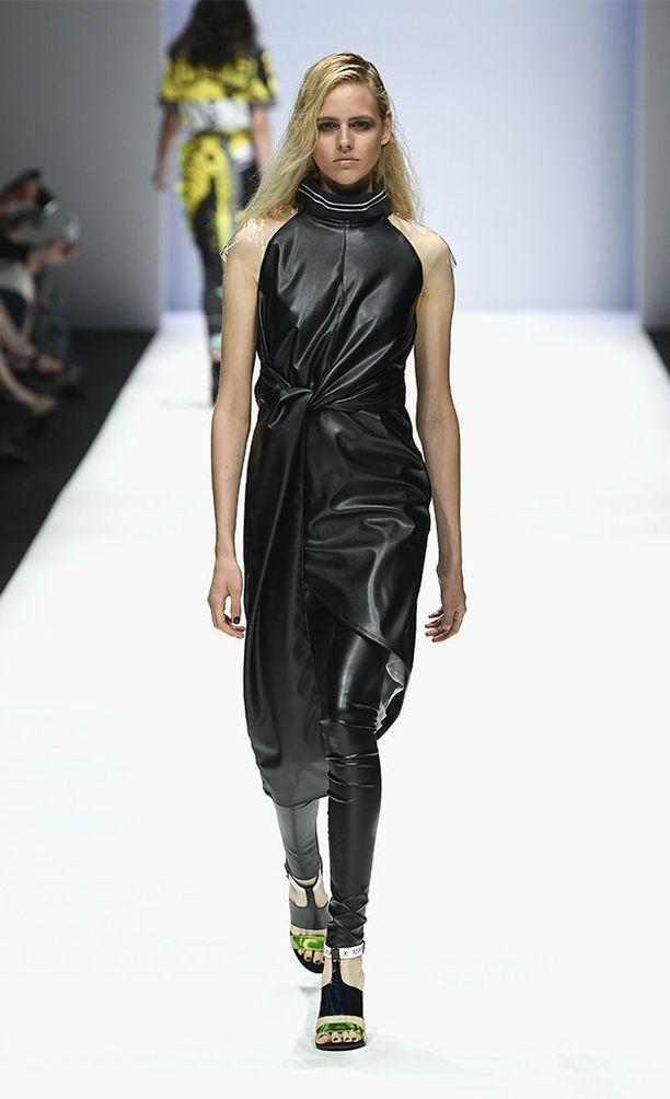 Myös Rebekka Ruetzin mallistoon kuuluu kiiltäväpintainen sekä kurveja nuoleva hame, ja tyyli viimeistellään wet look -tukalla.