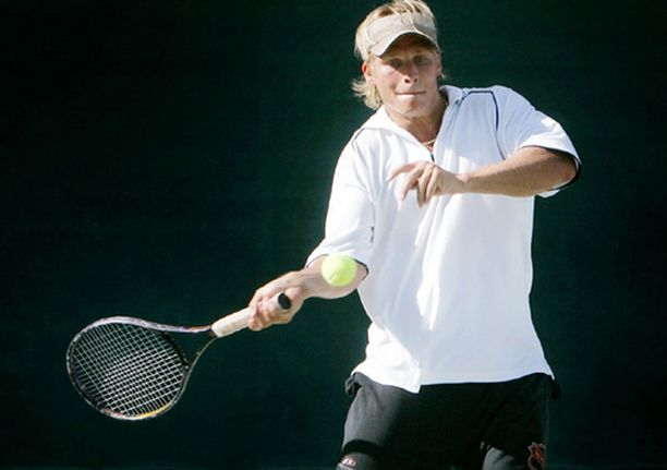 Näin kauniisti Tony Salmelainen löi tennispalloa viime kesänä. Nyt tehoja odotetaan myös kiekkokaukalosta.
