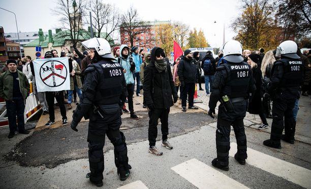 Poliisit seurasivat tiiviisti vastamielenosoittajia.