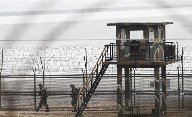 Eteläkorealaissotilaat partioivat demilitarisoidulla alueella. Kuva otettu maaliskuussa.