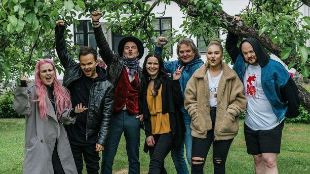 Ellinoora, Lauri Ylönen, Tuure Kilpeläinen, Pepe Willberg, Evelina ja Pyhimys versioivat tänään Anne Mattilan tuotantoa.