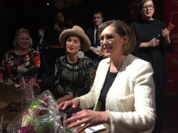 Presidenttiehdokas Tuula Haatainen (oikealla) avasi maanantaina virallisesti kampanjansa. Vierellä Haataista tukevat valokuvaaja Meeri Koutaniemi ja kansanedustaja Jutta Urpilainen.