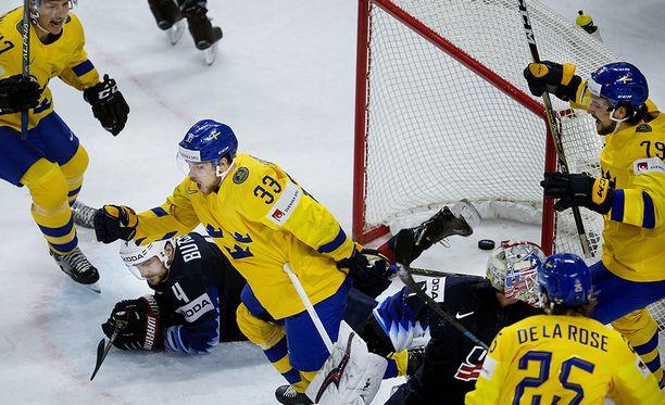 Viktor Arvidsson (33) on juuri upottanut kiekon ensimmäisen kerran USA:n maaliin.
