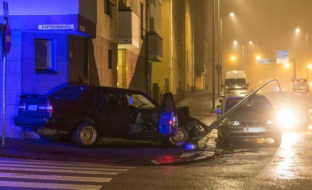 Henkilöauto kaatoi valaisinpylvään Kotkassa.