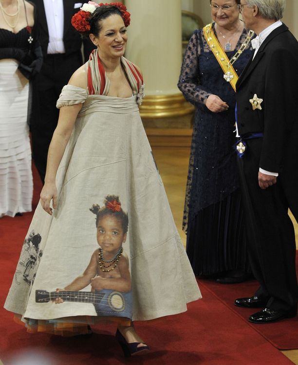 Valokuvaprintti koristi myös toimittaja Umayya Abu-Hannahin pukua, jonka perään Halonenkin jäi kummissaan katsomaan. Abu-Hannahin puvussa oli muun muassa tämän tyttären kuva.