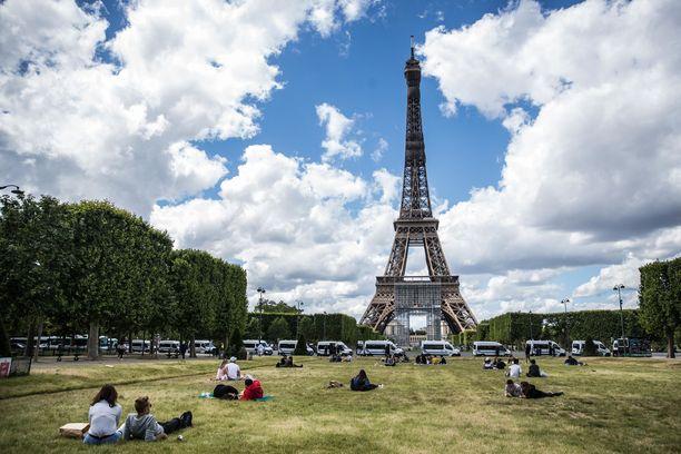 Eiffel-tornin toisen kerroksen näköalatasanne odottaa 674 askelman päässä.