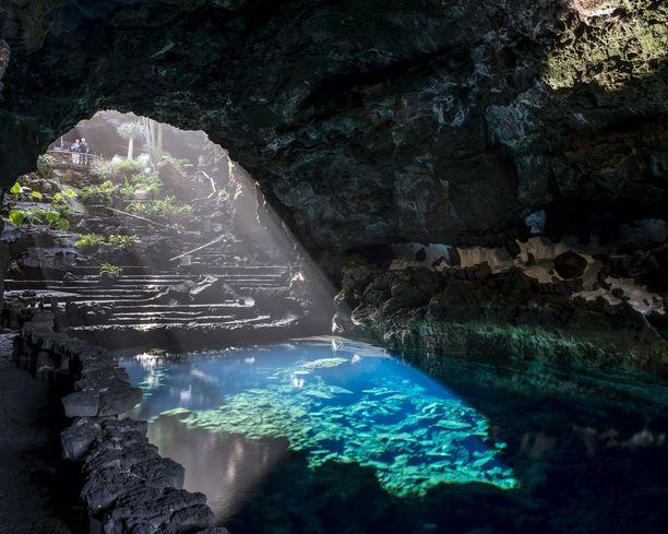 Jameos del Agua muodostuu maanalaisesta luolasta ja ulkona olevasta puutarha-alueesta.