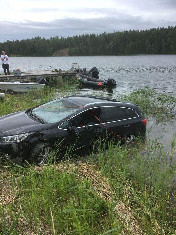 Mereen liukunut auto hinattiin rannalle Raaseporin Tenholassa.