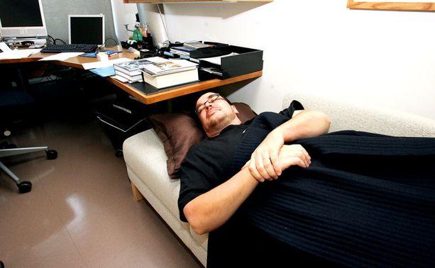 EDELLINEN MALLI Kansanedustaja Jyrki Kasvi näytti päiväunien mallia työhuoneessaan syksyllä 2007 vanhan peiton kanssa.