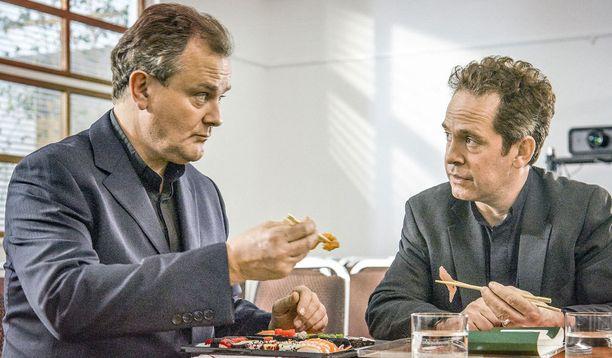 Hugh Bonneville esittää Rolandia, joka neuvoo Adamia kirkkonsa pelastamisessa.