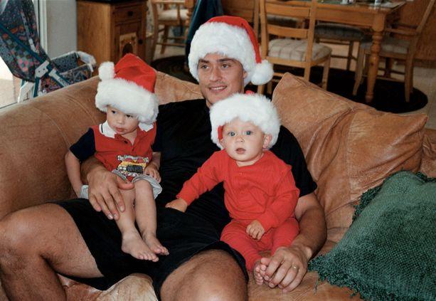 Suomalainen joulu on ollut Selänteiden perheessä läsnä jo Eemilin (vasemmalla) ja Eetun varhaislapsuudesta lähtien. Kuva joulukuulta 1998.