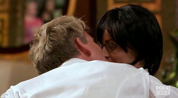 Sitten Ramsay yllättäen suutelee kilpailijaa!