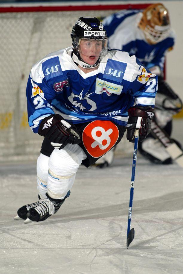 Hayley Wickenheiser pelasi vuonna 2003 Kirkkonummen Salamoissa.