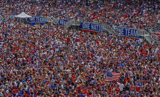 Chicagon Soldier Fieldille oli pakkautunut huikea ihmismassa tähtilipun väreissä.