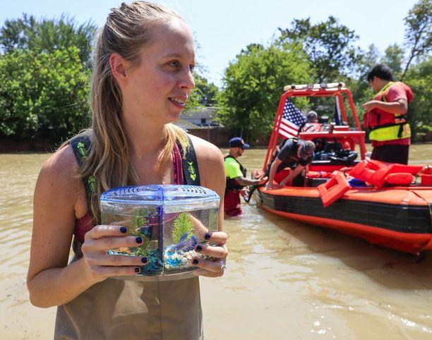 Kara Hanshaw kantoi lemmikkikalaansa, kun perhe evakuoitiin kotoaan Houstonissa.