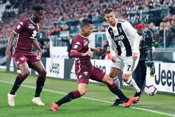 Torinon pelaajat saivat melkein pidettyä Cristiano Ronaldon (oikealla) aisoissa täyden 90 minuutin ajan.
