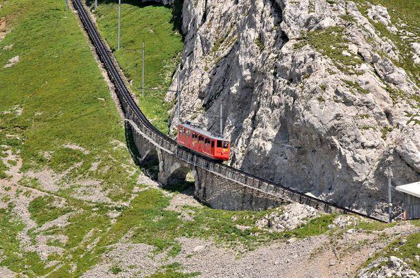 Rautatien rakentamista vuorelle ehdotettiin jo 1870-luvulla. Suunnitelma toteutui vasta 1880-luvun lopulla.